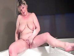 Mature bitch dildoes snatch in bathtub