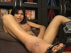 Horny tranny babe show her big cock in front of cam !