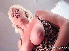 Aged vixen pleasures pussy with vibrating sex toy