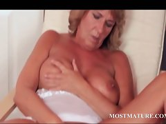 Attractive mature wench pleases her sexual quim