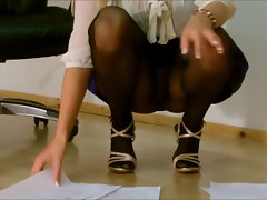 Office lady squatting upskirt in pantyhose